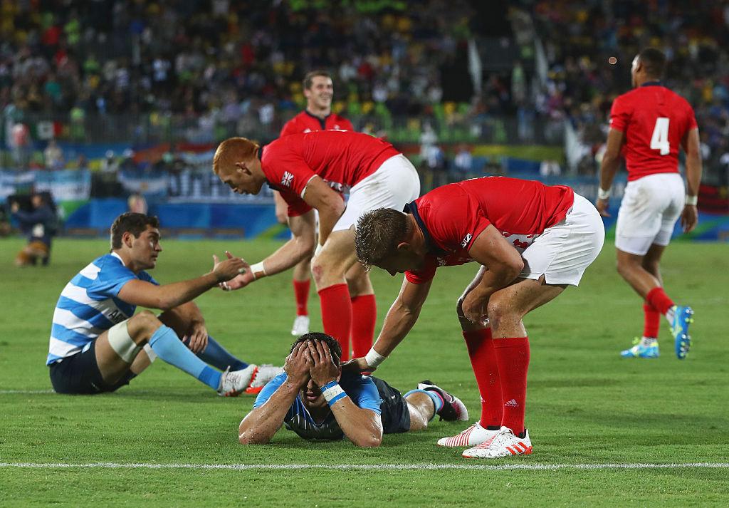 延長にもつれた激闘。敗者となったアルゼンチン選手を慰めるイギリス選手(C)Getty Images