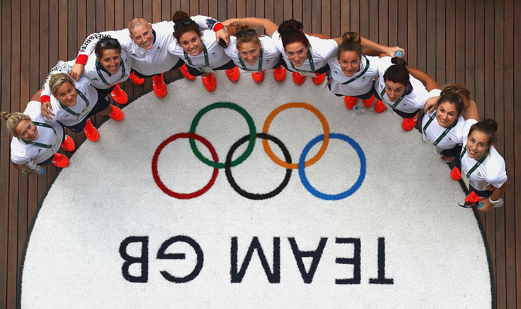 リオ五輪の選手村で集合写真を撮る女子セブンズ英国代表(C)Getty Images