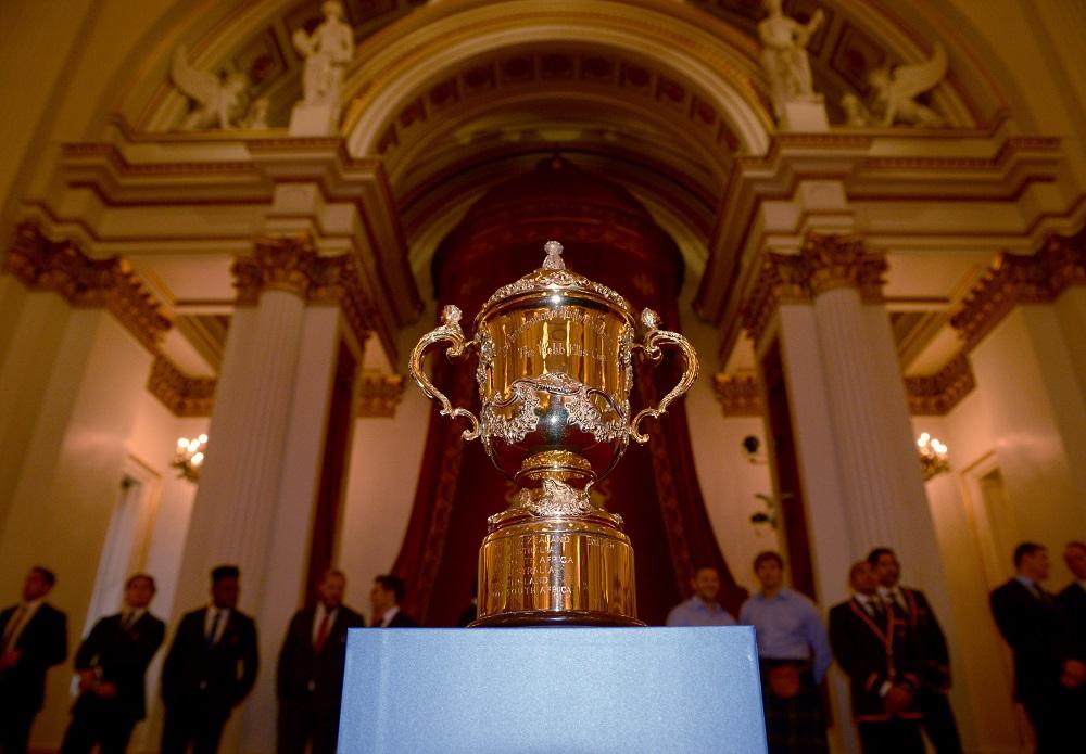 バッキンガム宮殿に飾られたウェブエリスカップ。いよいよ準々決勝へ(C)Getty Images