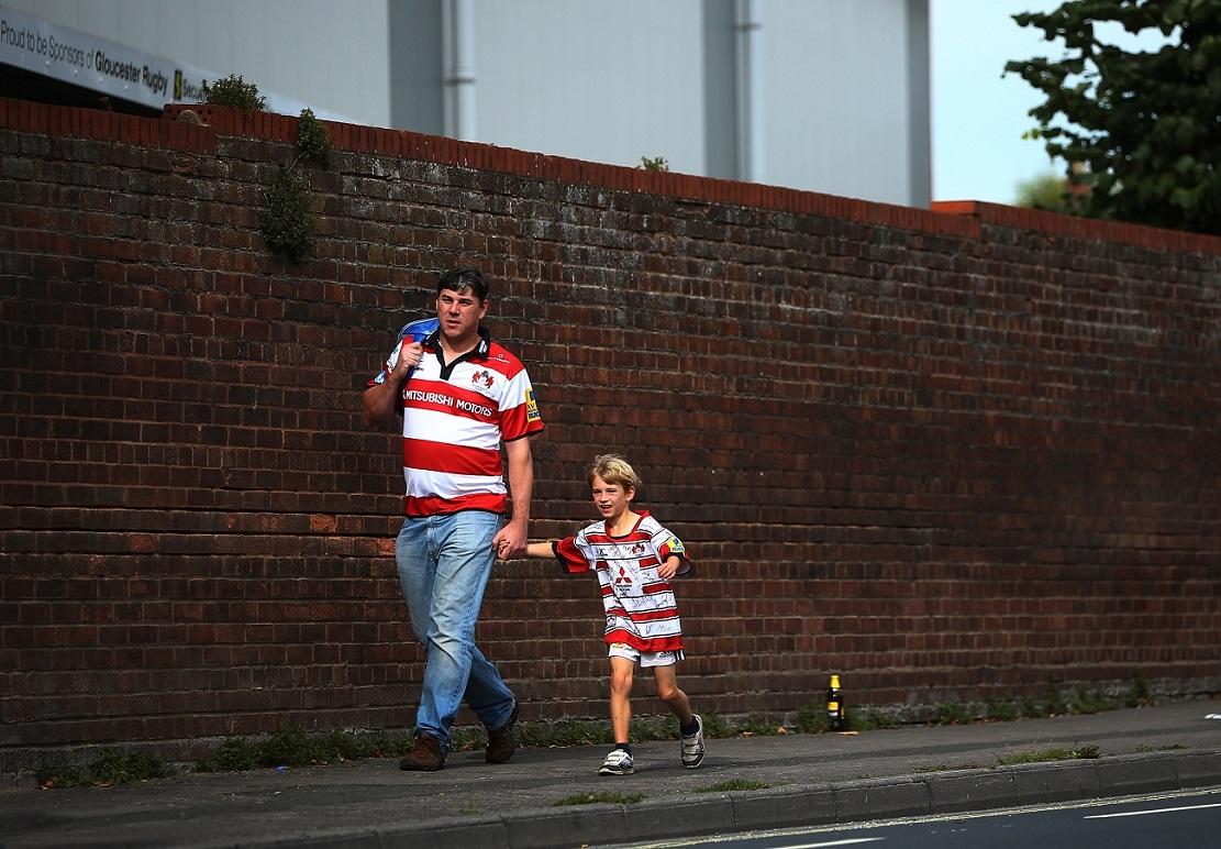 土曜日の午後、ラグビー観戦へ行くグロスターファンの親子(C)Getty Images
