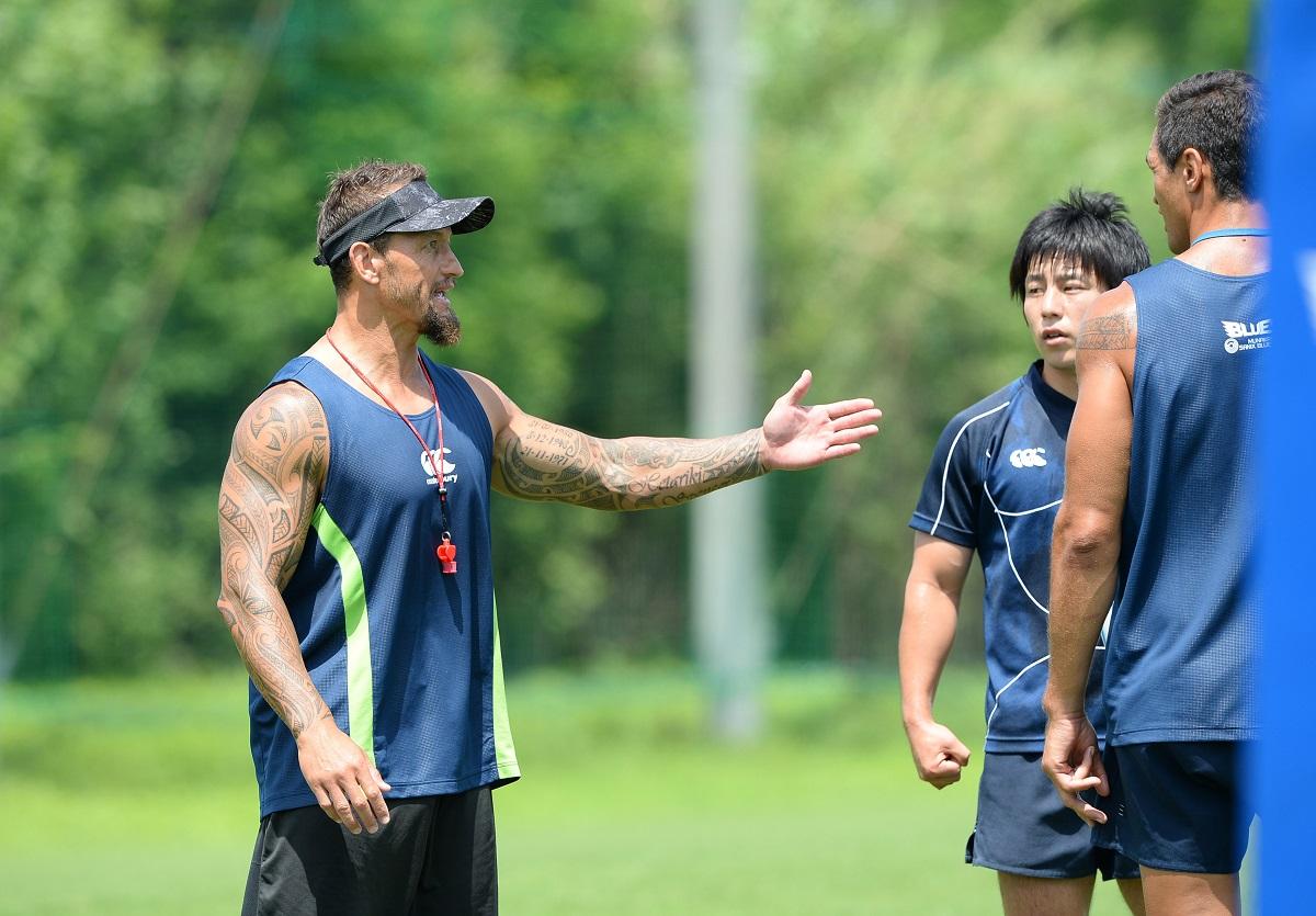 宗像サニックスブルース、強化中。写真左はカーロス・スペンサーBKコーチ(C)Hiroaki.UENO