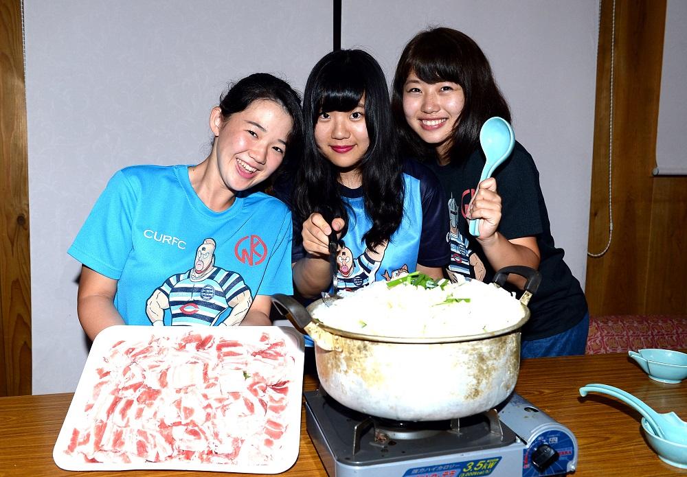 補食を作る中央大のマネージャー。左から高橋磨菜、巽友希、佐藤優希(撮影:Hiroaki. UENO)