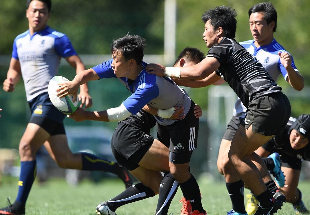大阪体育大(黒)と日本体育大の練習試合。34−27で日体大が勝利(C)Hiroaki.UENO