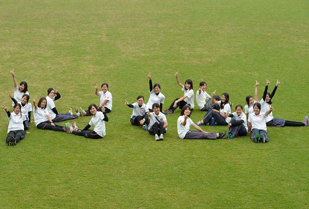 関西学院大学女子マネージャー。総勢18人で「KG」の人文字(撮影:Hiroaki. UENO)