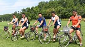 NTTコムの力持ち、自転車で颯爽。左から楢山、平井、庵奥、上田、三宮(C)Hiroaki…