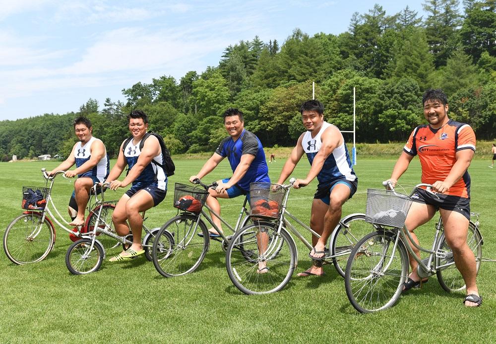 NTTコムの力持ち、自転車で颯爽。左から楢山、平井、庵奥、上田、三宮(C)Hiroaki.UENO