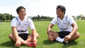 早大同期だった有田隆平(左)と山中亮平。神戸製鋼で再びチームメイトに(C)Hiroaki…