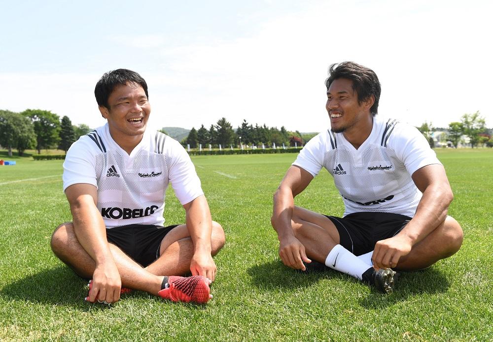 早大同期だった有田隆平(左)と山中亮平。神戸製鋼で再びチームメイトに(C)Hiroaki.UENO