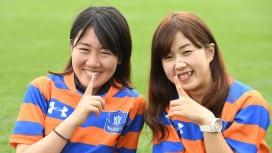 法政大のマネージャー。3年の納見萌芳さん(左)と2年の佐藤唯さん(撮影:Hiroaki.…