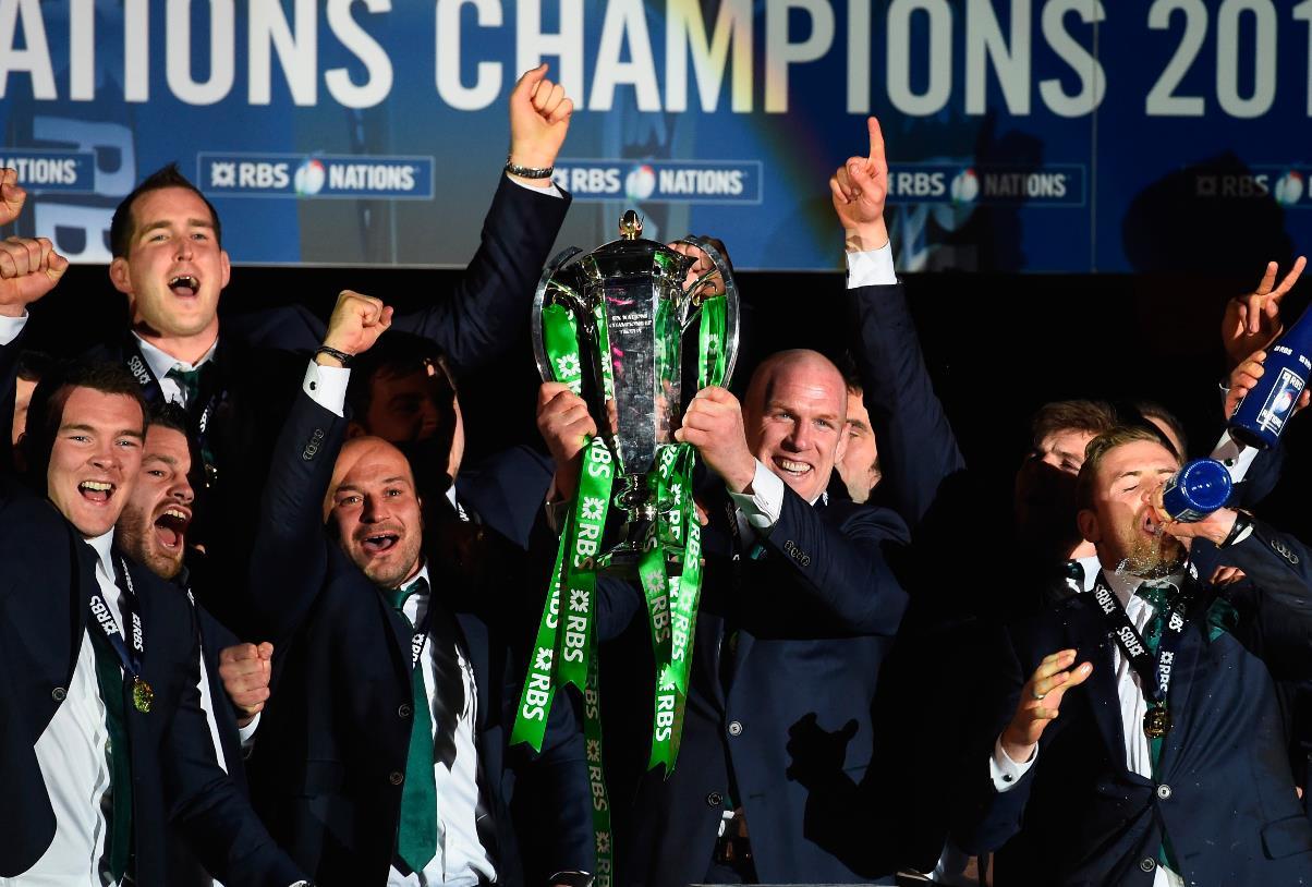 欧州6か国対抗はアイルランドが得失差で連覇。栄冠を掲げるオコンネル主将(C)Getty Images