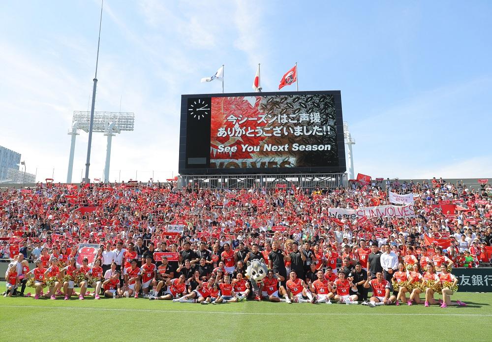 勝利で2017シーズンを締めくくり笑顔でファンと一緒に記念写真を撮るサンウルブズ(撮影:松本かおり)