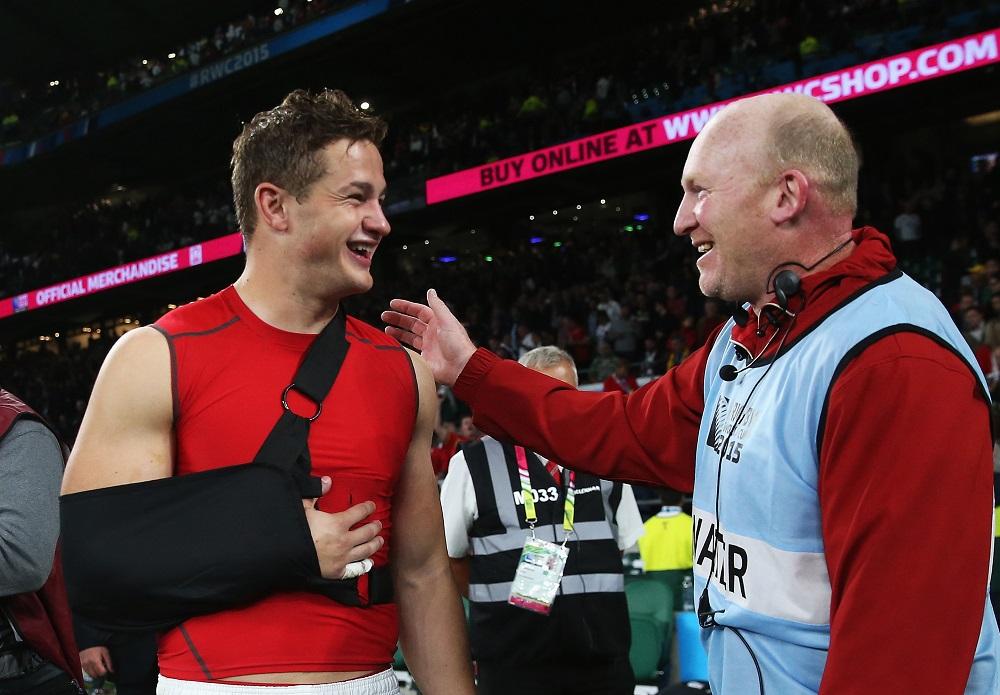 負傷したけど笑顔。ウェールズ勝利に貢献したエイモスとジェンキンズコーチ(C)Getty Images
