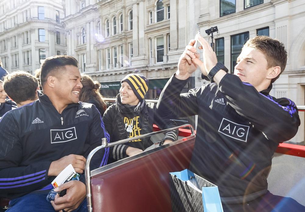 オフにロンドンバスツアーを楽しむオールブラックスのメアラムとバレット(C)Getty Images