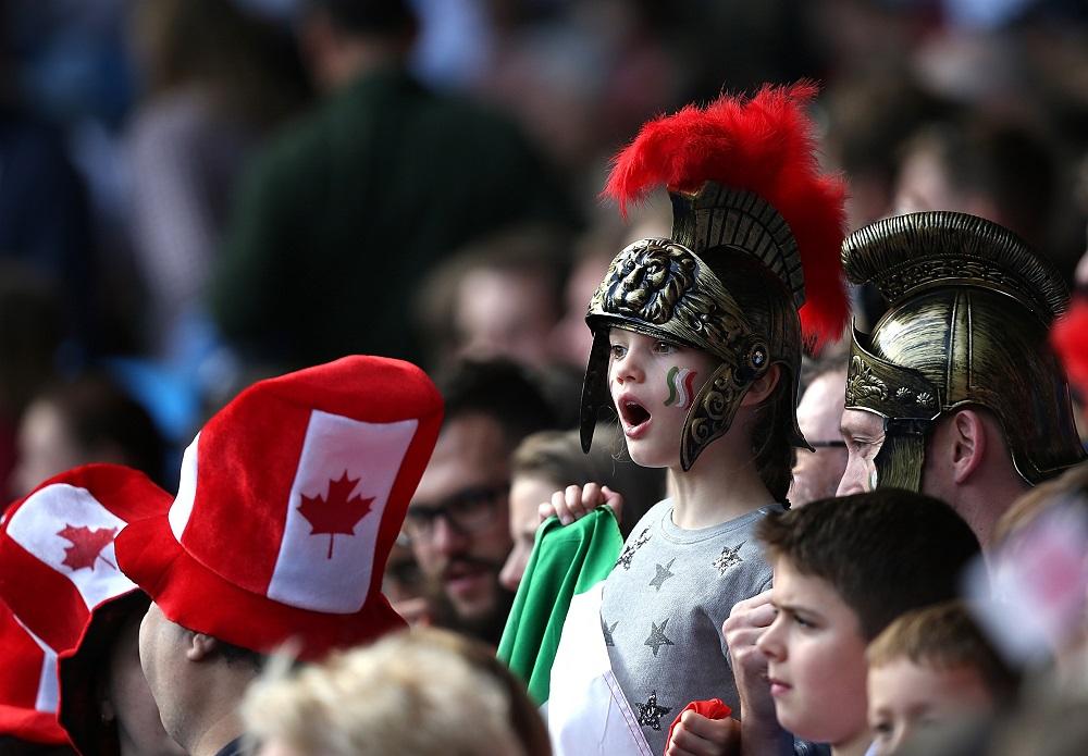 押され気味の試合を心配そうに見守るイタリアファンの子ども(C)Getty Images