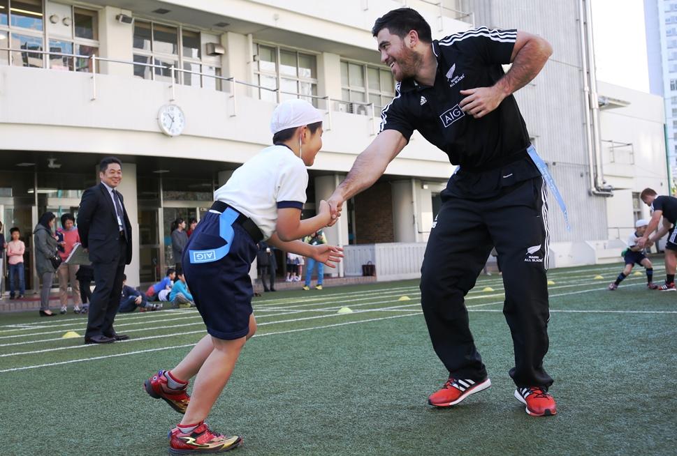 東京の青山小学校で子どもたちとタグラグビーを楽しんだマオリ代表の選手たち(撮影:松本かおり)