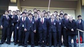 大学選手権で敗れた京産大。試合後、最後の円陣を組んだ4年生が大西監督と記念撮影(撮影:見…