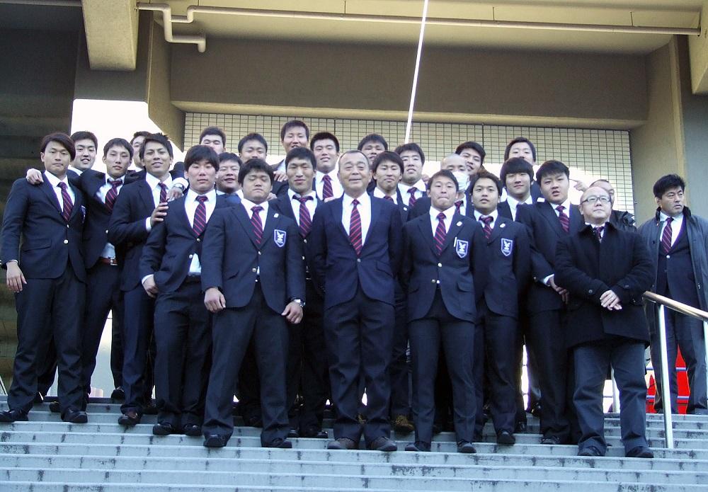 大学選手権で敗れた京産大。試合後、最後の円陣を組んだ4年生が大西監督と記念撮影(撮影:見明亨徳)