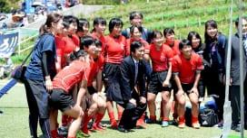 ワールドラグビーユースを視察した福岡県の小川知事。福岡レディースと(撮影:Hiroaki…