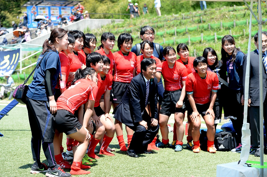 ワールドラグビーユースを視察した福岡県の小川知事。福岡レディースと(撮影:Hiroaki.UENO)