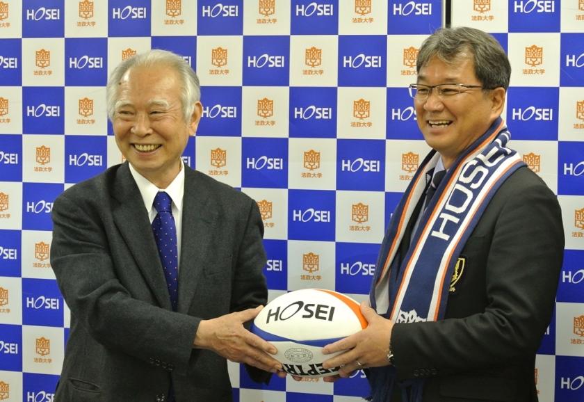 東福岡高を全国屈指の強豪にした谷崎重幸氏が法政大監督に就任。左は法政大の増田壽男総長(撮影:BBM)