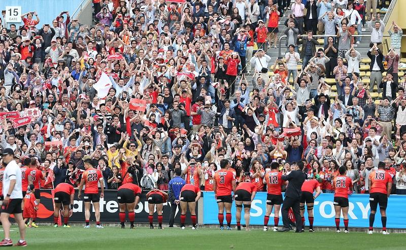 スーパーラグビーで歴史的初勝利を遂げ、ファンに祝福されるサンウルブズ(撮影:?塩隆)