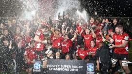 スーパーラグビー連覇を遂げ美酒を浴びるNZのクルセイダーズ(C)Getty Images