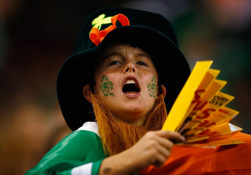 アイルランドの妖精に扮し、選手たちに声援を送るヤングファン(C)Getty Images