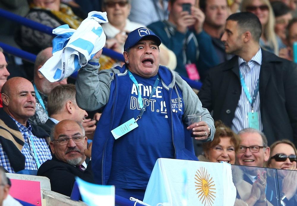 RWCのアルゼンチン対トンガ戦を観て興奮するサッカー界の英雄マラドーナ(C)Getty Images