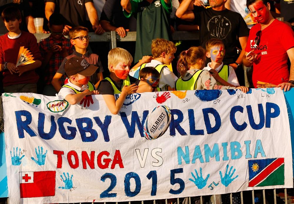 英国の小都市エクセターでトンガ代表とナミビア代表を応援する地元の子ども(C)Getty Images