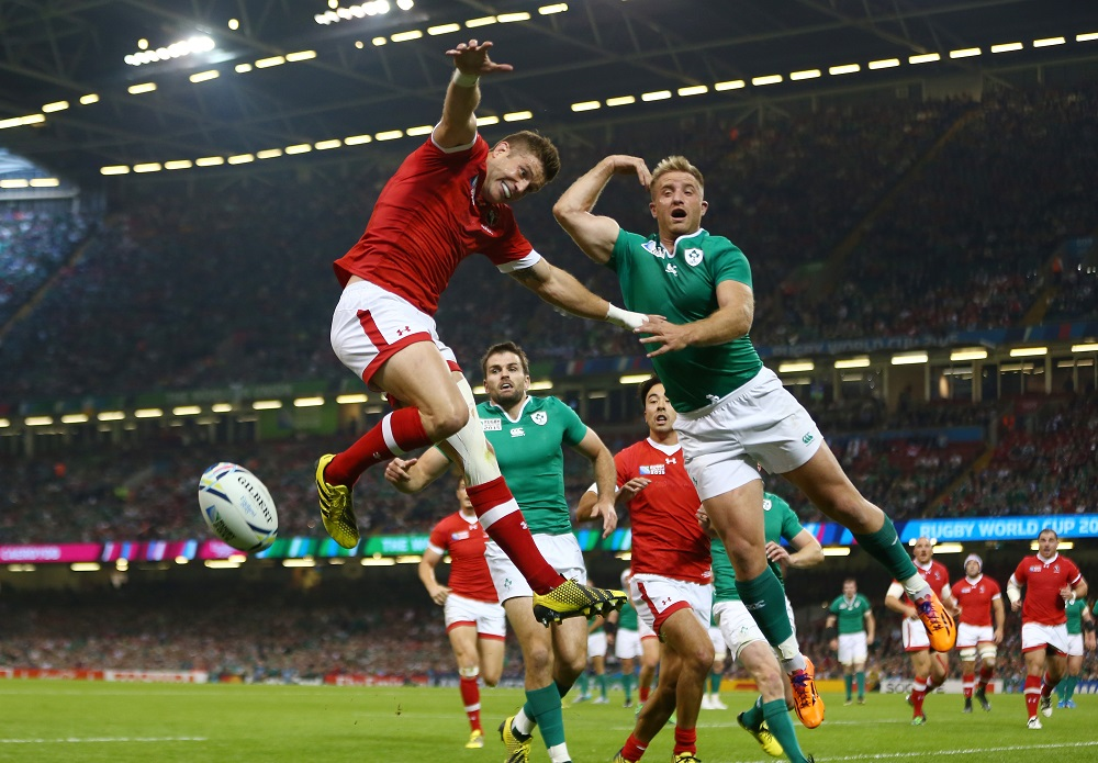 空中で競るカナダのエヴァンス(赤)とアイルランドのフィッツジェラルド(C)Getty Images