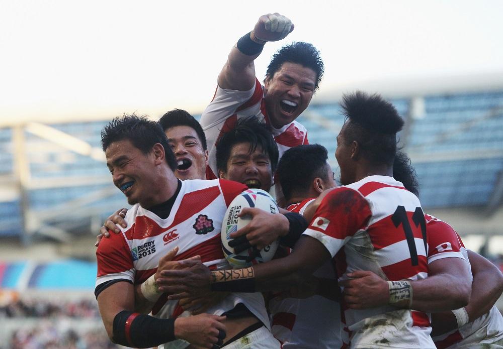 南ア戦でトライを挙げた五郎丸に駆け寄り喜ぶ日本代表選手たち(C)Getty Images
