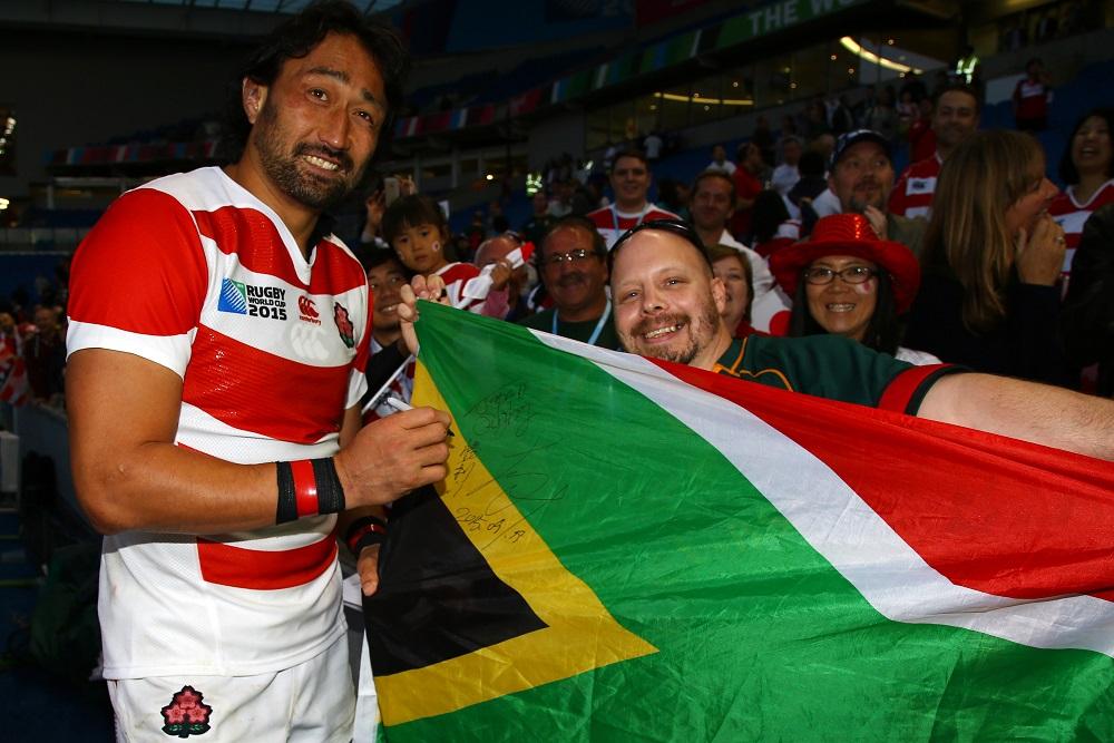 日本代表の大野均からサインをもらう南アフリカ代表のサポーター(C)Getty Images