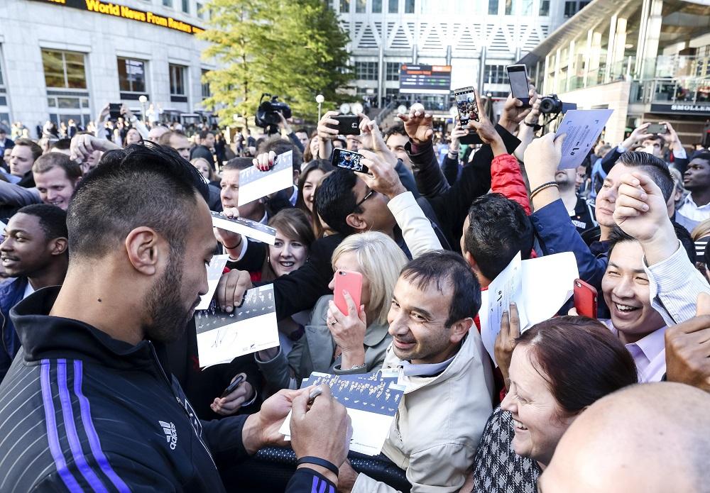 ロンドンでおこなわれたイベントでファンにサインをするNZ代表のヴィト(C)Getty Images