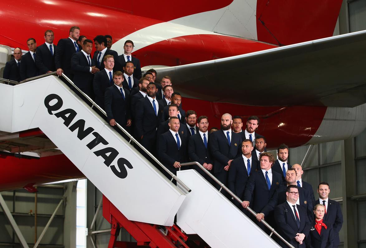 スポンサーのカンタス航空機をバックに記念撮影をする豪州代表W杯スコッド(C)Getty Images