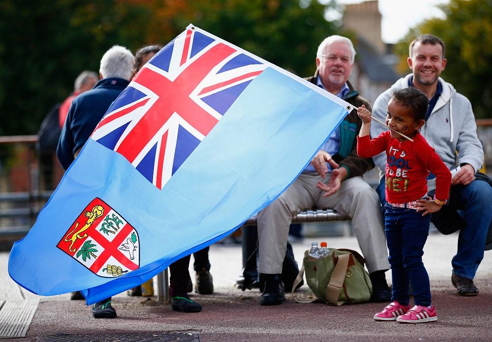 フィジー国旗をもって応援する小さな女の子。カーディフに流れる優しい時間(C)Getty Images