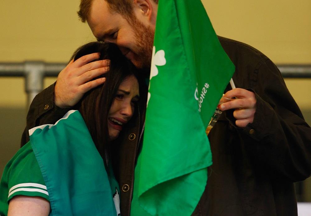 悲願の初優勝をめざしたアイルランドだが準々決勝敗退。悲しむファン(C)Getty Images