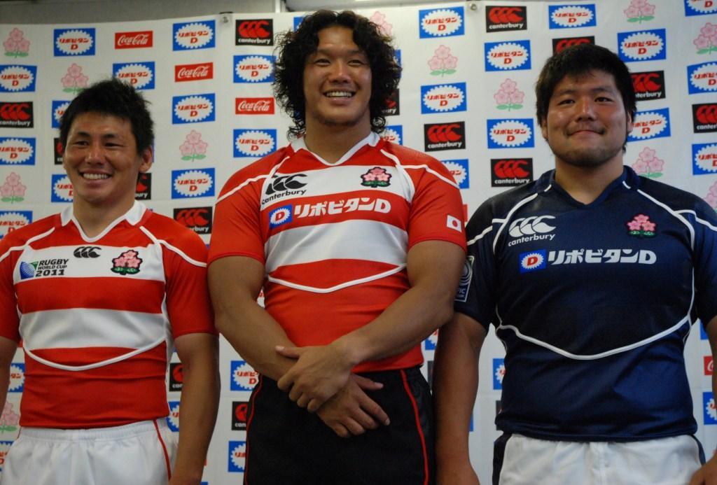 日本代表の新ジャージを披露したSH吉田朋生、FL菊谷崇、PR畠山健介(左から)