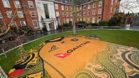 ワラビーズ宿泊ホテルの庭に豪州先住民文化をモチーフとした特別ジャージー(C)Getty …
