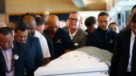 元NZ代表ディラン・ミカの葬儀で棺を運ぶジョン・カーワンら友人・仲間達(C)Getty …