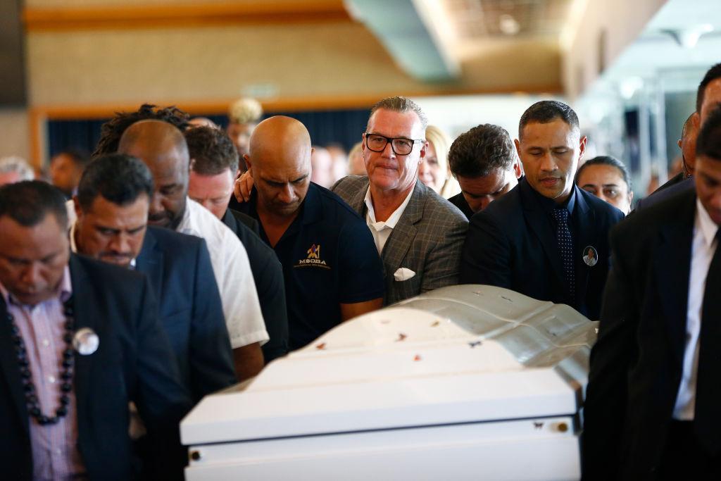 元NZ代表ディラン・ミカの葬儀で棺を運ぶジョン・カーワンら友人・仲間達(C)Getty Images