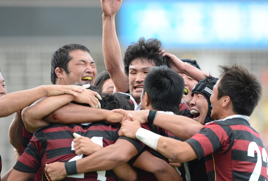 浅見晋吾のサヨナラPGで筑波大を下し、喜び抱き合う早稲田大の選手たち(撮影:松本かおり)