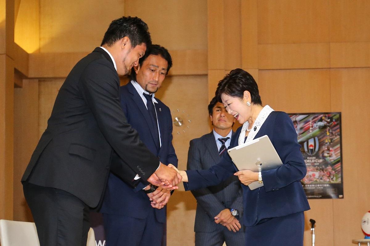 2019W杯のPRで東京都の小池知事を表敬訪問。左から小瀧選手、大野選手、大畑氏(撮影:松本かおり)