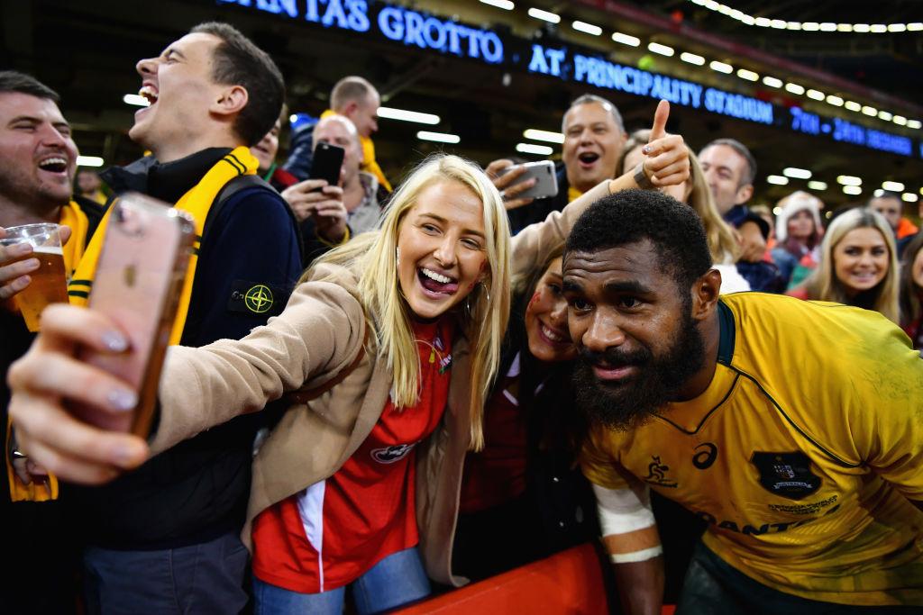 ウェールズ戦勝利後、ファンと一緒に写真を撮る豪州代表のコロインベテ(C)Getty Images