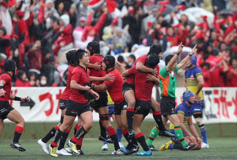 京都予選の激闘を制し、喜ぶ伏見工の選手たち。2年ぶりの花園へ(撮影:YOSHIO ENOMOTO)