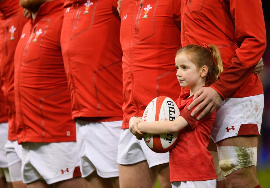 ウェールズ代表に幸運をもたらしたマスコットガール(C)Getty Images