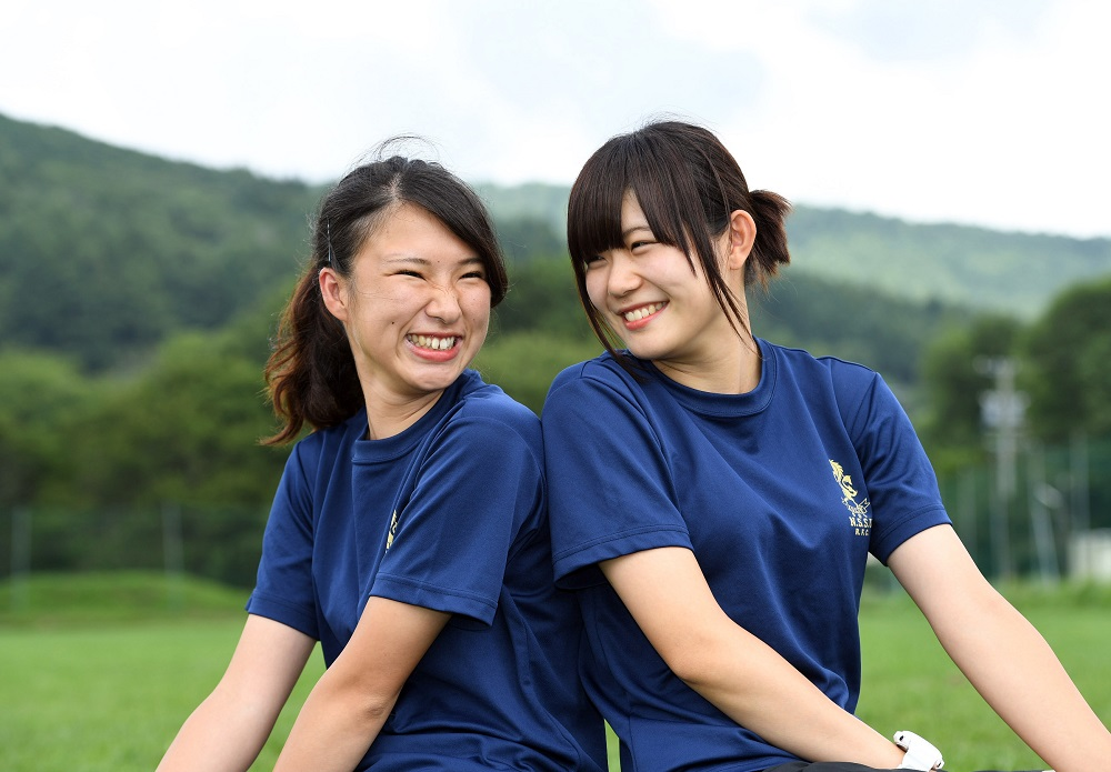 日体大のマネージャー。2年の有馬清香さん(左)と1年の中嶋唯さん(撮影:Hiroaki. UENO)