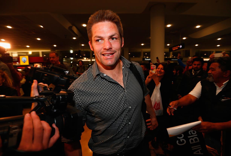 W杯連覇へ、出発。空港で大勢のファンに見送られたNZ代表のマコウ主将(C)Getty Images