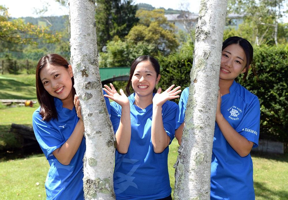大阪体育大のマネージャーとトレーナー。左から植さん、松田さん、新田さん(C)Hiroaki.UENO