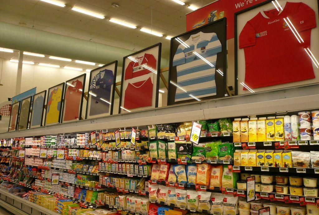 NZは「400万人のラグビースタジアム」。W杯出場国ジャージーを飾っていたスーパー(撮影:田村一博)