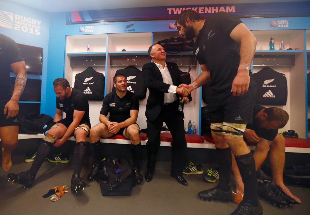 オールブラックスのロッカールームで選手を祝福するNZのジョン・キー首相(C)Getty Images